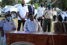 President Santokhi belooft Coronie tal van ontwikkelingsprojecten